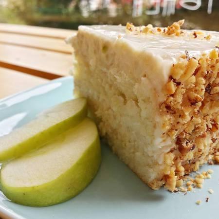 Large domashna yabalkova torta