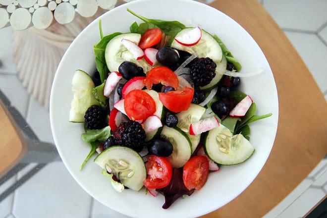 Салата от краставици със спанак и горски плодове