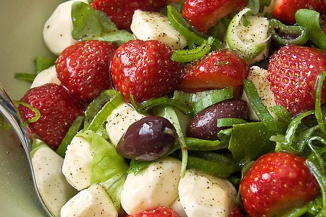 Зелена салата с рукола и диви ягоди