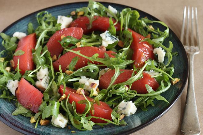 Салата от белени домати с рукола и синьо сирене