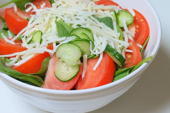 Салата от спанак с домати, краставици и кашкавал