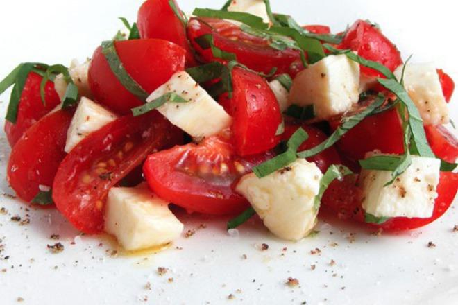 Салата от домати с биволско сирене