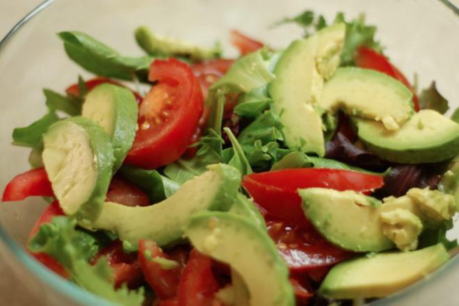 Зелена салата с рукола, авокадо и домати