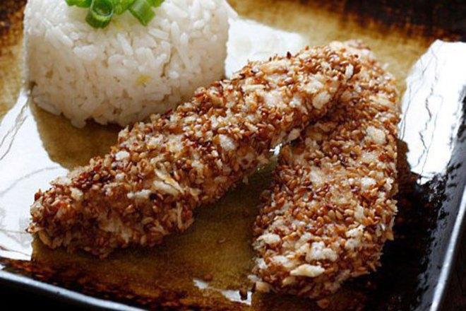 Крехки пилешки филенца със сусам и соев сос