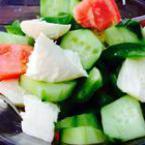 Свежа салата с домати, краставици и моцарела