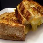 Заечени сандвичи с масло и кашкавал