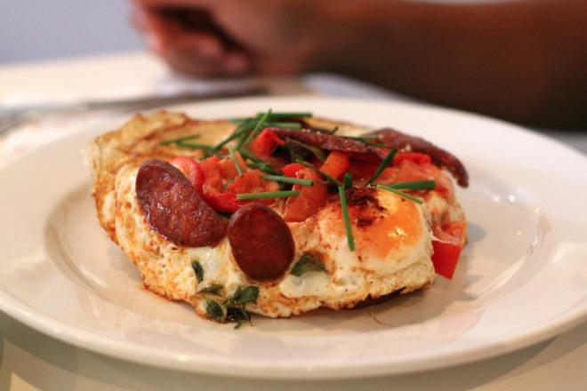Пържени яйца с наденица, домати и мащерка
