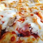 Пица с шунка, гъби и моцарела
