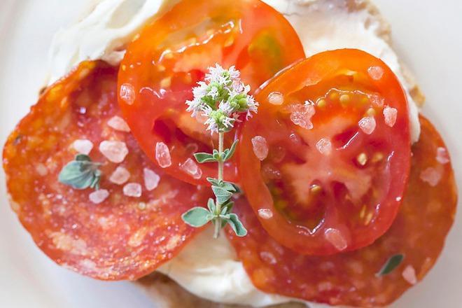 Сандвичи с фета сирене, домати и морска сол