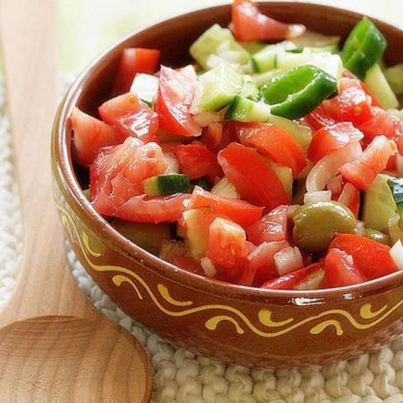 Large apetitna salata ot domati s chushki i luk