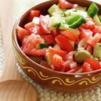 Апетитна салата от домати с чушки и лук
