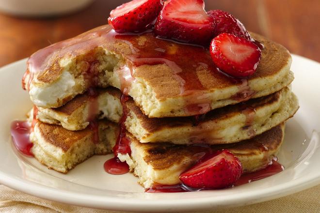 Пълнени палачинки с маскарпоне и сладко от ягоди