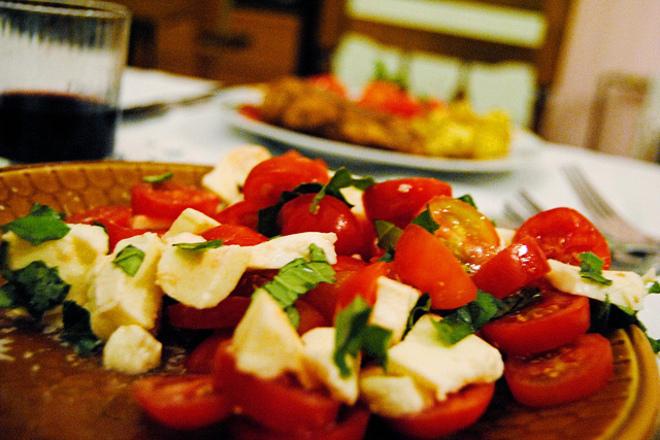 Салата от домати с моцарела и спанак