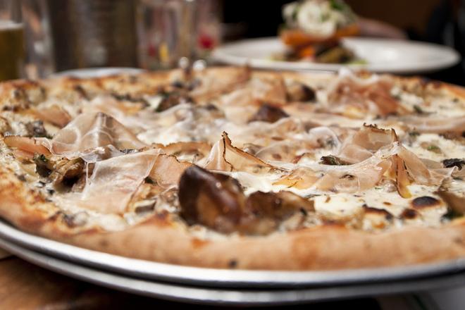 Пица с гъби, прошуто и сметана