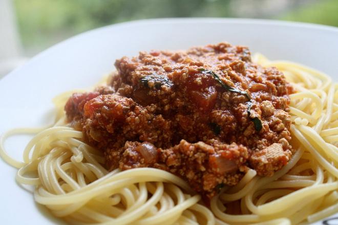 Спагети болонезе със сирене тофу