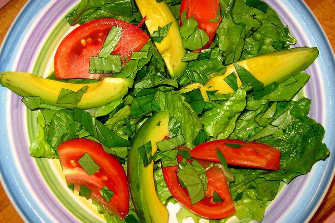 Зелена салата с авокадо и босилек