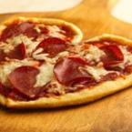 Пица с моцарела и салам във формата на сърце