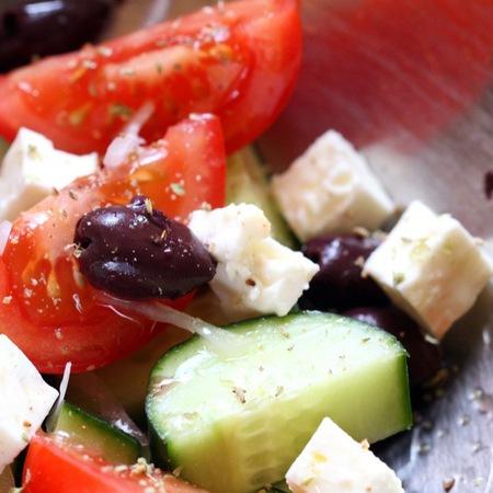 Large salata ot domati i krastavitsi s maslini