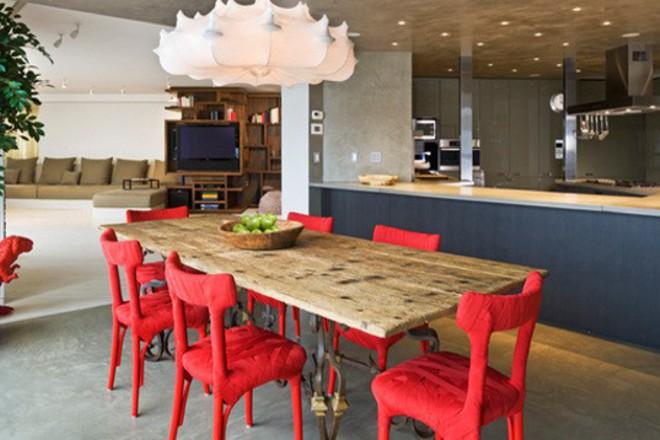 Червени столове за акцент в кухнята
