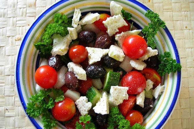 Салата от чери домати и краставици с чубрица