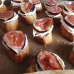 Кростини със смокини и козе сирене