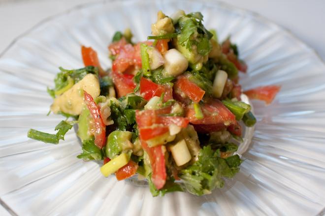 Салата от авокадо с домати и лук