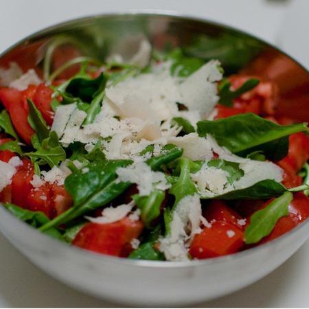 Large salata ot spanak s rukola i domati
