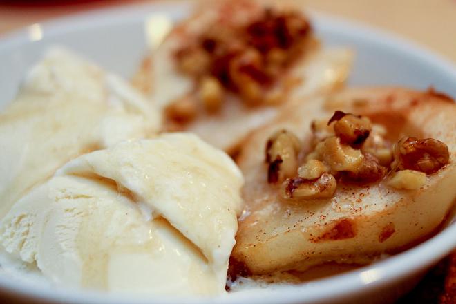 Печени круши с мед и орехи