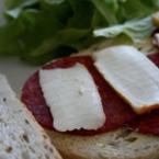 Сандвич със салам и топено сирене