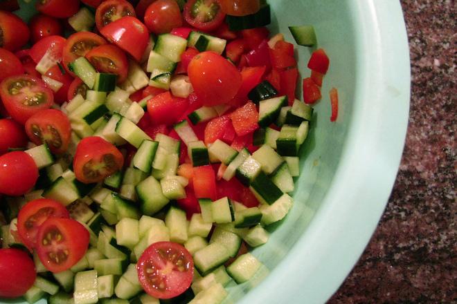 Салата от чери домати с краставици и чушки