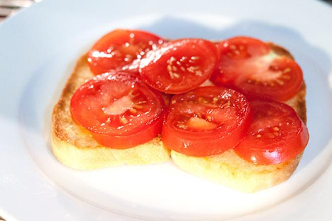 Запечени филийки с домати