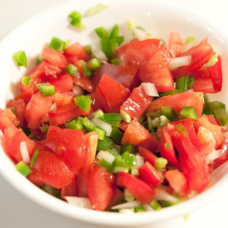 Large salata ot domati s luk i chushki