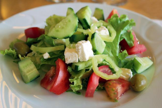 Зелена салата с домати, краставици и маслини