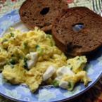 Омлет с моцарела, босилек и зелен лук