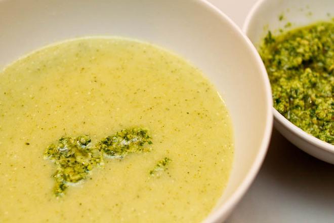 Картофена крем супа с броколи и песто