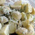Картофена салата с праз лук и кисели краставички