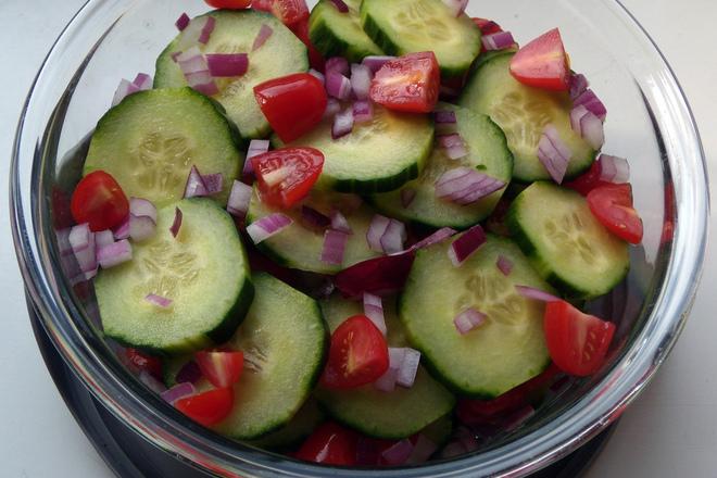 Салата от краставици с червен лук и чери домати