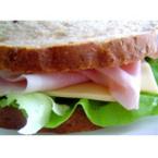 Сандвич от пълнозърнест хляб с шунка и кашкавал