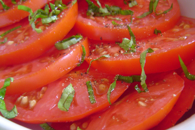Салата от домати с босилек