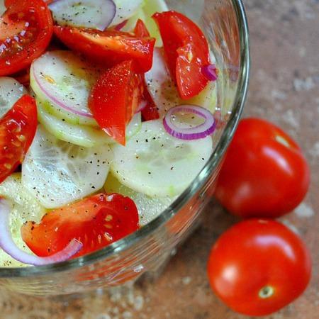 Large salata ot cheri domati s krastavitsi i cherven luk