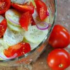 Салата от чери домати с краставици и червен лук