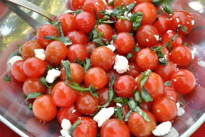 Салата от чери домати с фета сирене и босилек