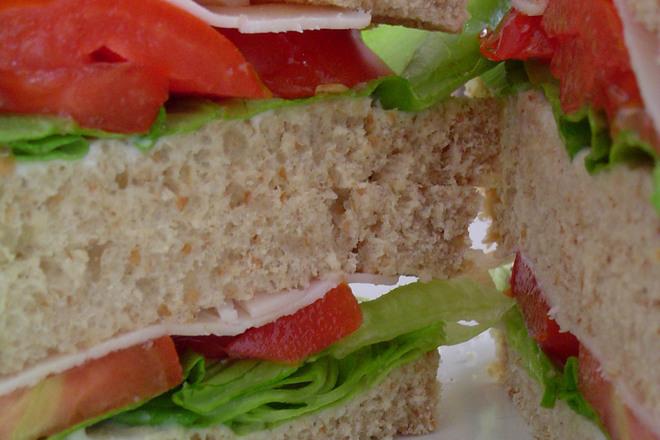 Клуб сандвич с шунка и печени чушки