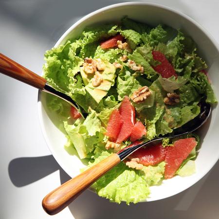 Large zelena salata s greypfrut i orehi
