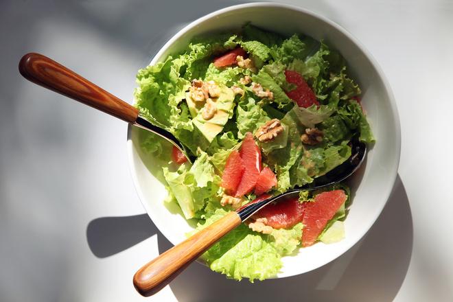 Зелена салата с грейпфрут и орехи