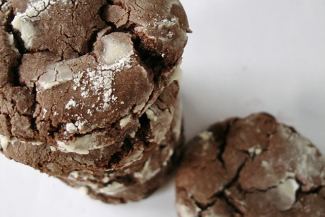 Напукани шоколадови бисквитки с пудра захар