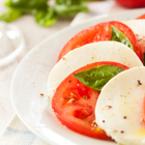 Салата от домати с яйца и моцарела