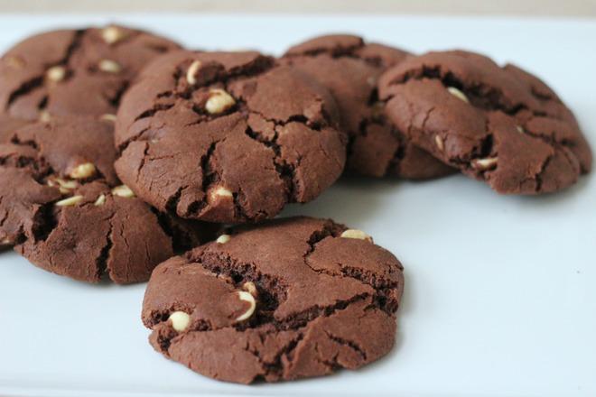 Напукани шоколадови бисквитки с парченца бял шоколад