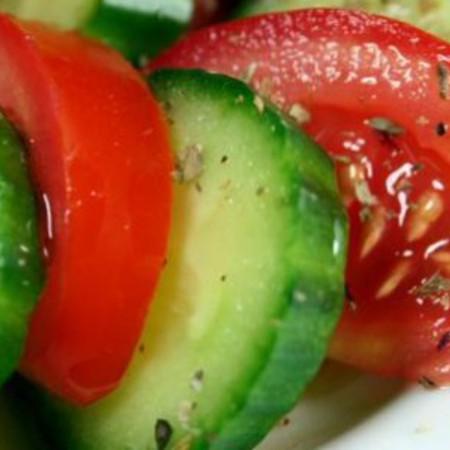 Large salata ot domati i krastavitsi s rigan