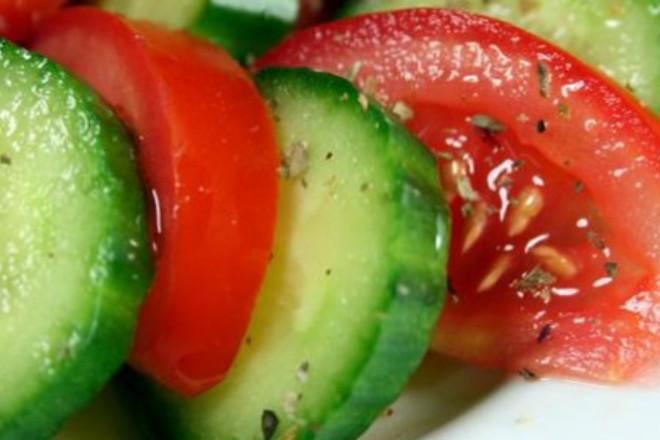 Салата от домати и краставици с риган